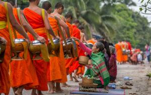 Шествие монахов Так Бат. Луанг Прабанг.