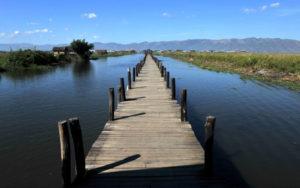 Прогулочный мост на озере Инле